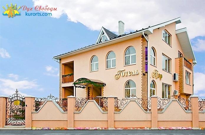 Фасад готелю L & M