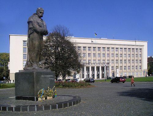 Здание Закарпатской областной государственной администрации и памятник Тарасу Шевченко